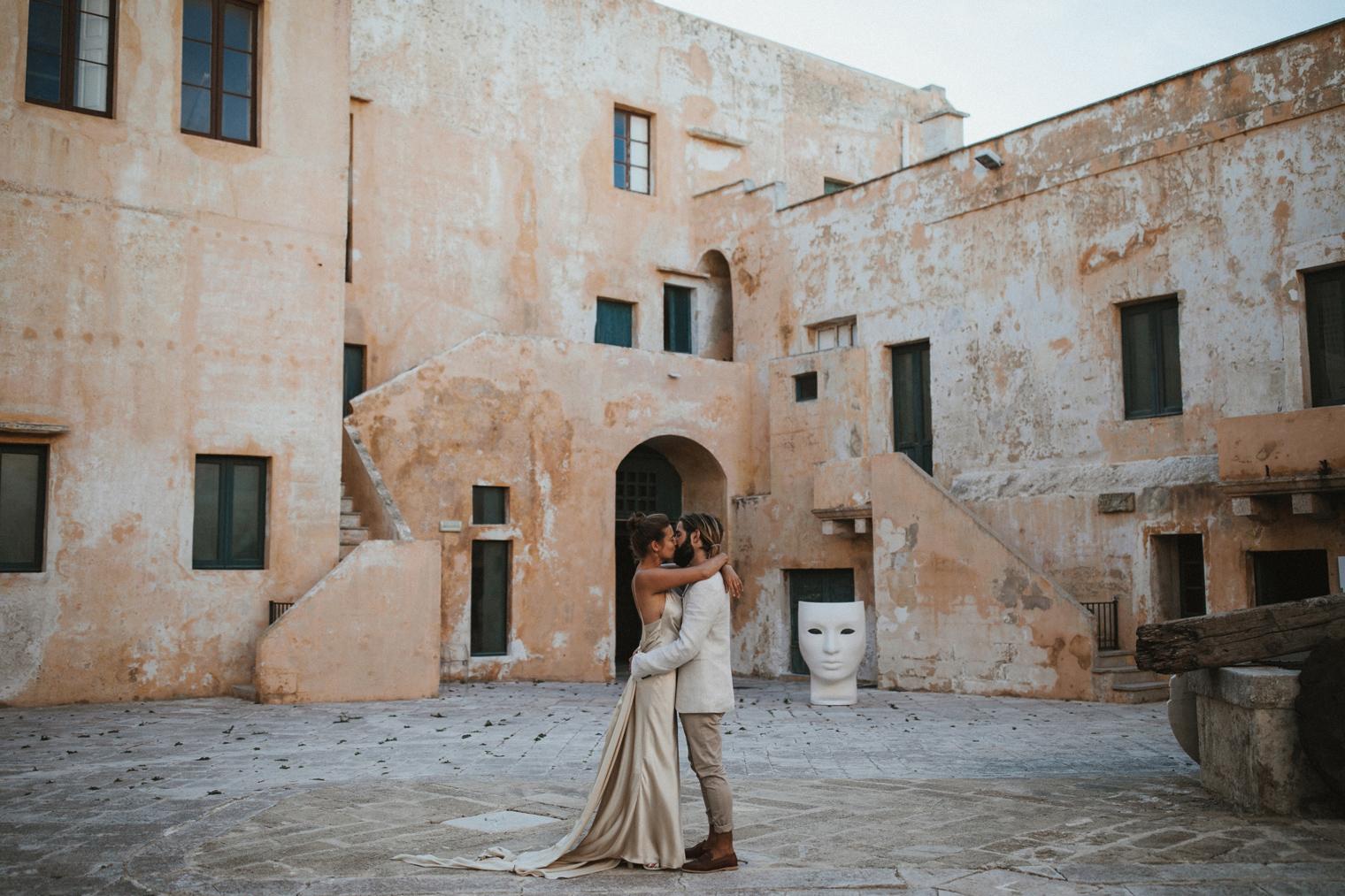 Couple kissing outside of Castello di Gallipoli