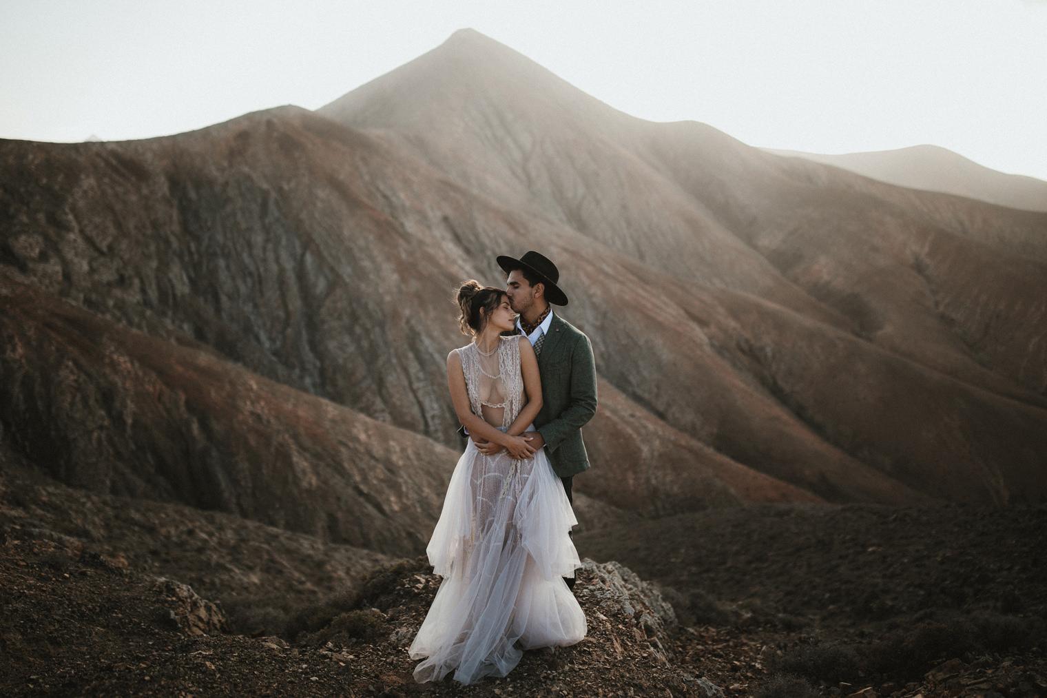 Groom kissing bride in Fuerteventura during their elopement shoot